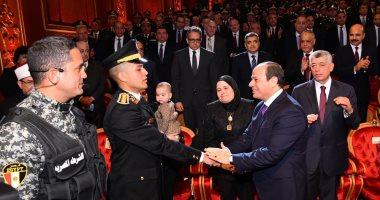 السيسى لرجال الشرطة والجيش: ما تخوضونه من حرب ضد الإرهاب محل تقدير