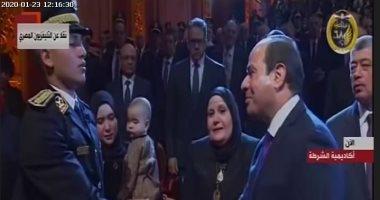 الرئيس السيسى يصافح أسرة الشهيد البطل وائل طاحون باحتفالية عيد الشرطة
