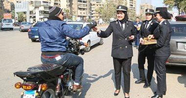 بالورود والحلوى.. الشرطة والشعب يحتفلون بعيد الشرطة بجميع ميادين الجمهورية