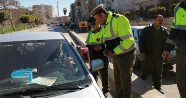 رجال الشرطة يوزعون ورود وحلوى على المواطنين وقائدى السيارات بشوارع الشرقية