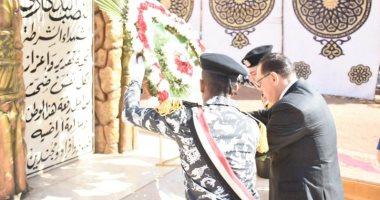 صور.. محافظ الشرقية ومدير الأمن يضعان إكليل زهور على نصب شهداء الشرطة