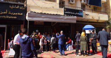 احتفالات أهالي الأقصر بعيد الشرطة أمام النصب التذكارى ومديرية الأمن