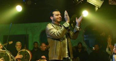 مذيعة كويتية تهاجم إيهاب توفيق بعد ظهوره الأول فى حفل عقب وفاة والده