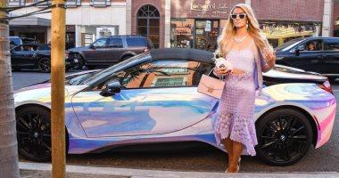 مطقمة مع العربية.. شاهد باريس هيلتون بفستان أرجوانى مطابق لسيارتها الفاخرة