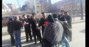صور.. الشرطة توزع الورود والأعلام على المواطنين وقائدى السيارات بشوارع الغربية