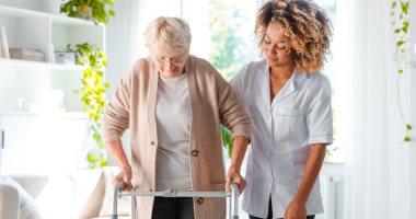 هل أعراض كورونا تختلف فى كبار السن؟.. وكيف تتعامل فى حال الشك بالإصابة؟