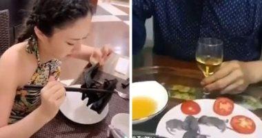 فئران حية على مائدة عشاء رجل صينى ومواطنة تتناول خفاشا.. فيديو وصور