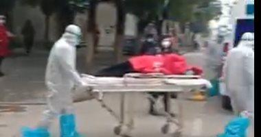 شاهد.. نقل مصاب بفيروس كورونا بمدينة ووهان الصينية إلى المستشفى
