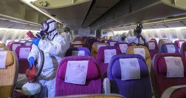 تطهير مقصورة طائرة تايلاندية لمنع تفشى فيروس كورونا