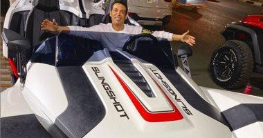 سعد الصغير مداعبا جمهوره من داخل سيارة جديدة: حد جاى سباق على فلوس