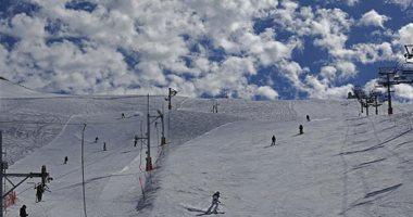صور .. سائحون داخل منتجع للتزلج عالى الجليد فى لبنان
