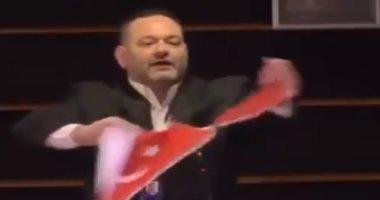 تمزيق علم تركيا داخل البرلمان الأوروبى ردا على ابتزاز أردوغان.. فيديو