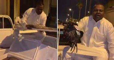 سعيد العويران يحتج على عدم إقامة مباراة اعتزاله ببيع السمك فى الشارع.. فيديو