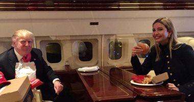 صورة.. إيفانكا ترامب تستعيد ذكرياتها على الطائرة الرئاسية بوجبة هامبورجر