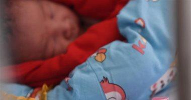 """""""كورونا"""" يجبر صينيا على رؤية طفله حديث الولادة لاول مرة عبر مكالمة بالفيديو"""