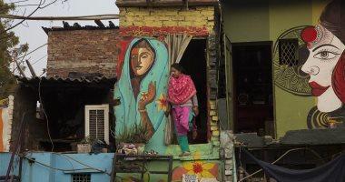 صور.. سكان حى فقير فى العاصمة الهندية يزينون منازلهم بالجداريات