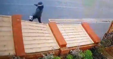 """""""لسه عنده عمر"""" رجل ينجو من الموت تحت جدار قبل انهياره بلحظات.. فيديو"""