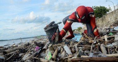 """""""سبايدر مان"""" يجمع القمامة على شواطئ إندونيسيا.. إيه حكايته؟"""