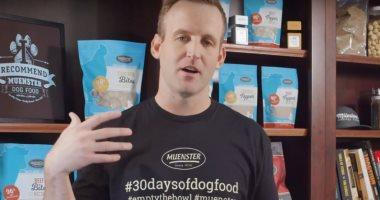 مدير شركة يأكل طعام الكلاب لمدة 30 يوما لإثبات أنه جيد وصالح للحيوانات
