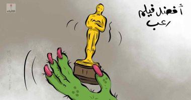 كاريكاتير صحيفة كويتية.. كورونا يفوز بأوسكار أفضل فيلم رعب