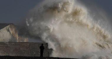 الأمواج تضرب ميناء نيوهافن فى جنوب إيطاليا