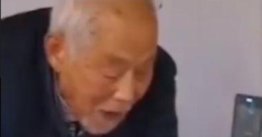 أحبك للأبد.. مسن 87 عاما ينسى مرضه ويراعى زوجته المصابة بكورونا.. فيديو