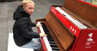 طفل يُبهر المارة فى شوارع ليفربول بعزفه المحترف على البيانو.. فيديو