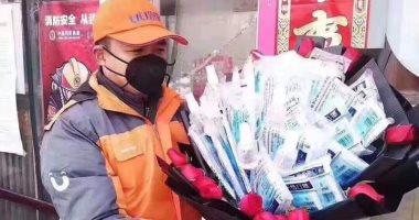 اعطينى كمامة ولا تعطينى وردة.. الصين تحتفل بالفلانتين بتوزيع كمامات بالشوارع