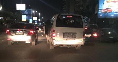 امسك مخالفة.. قارئ يشارك بصورة لميكروباص بدون لوحات معدنية بمصر الجديدة