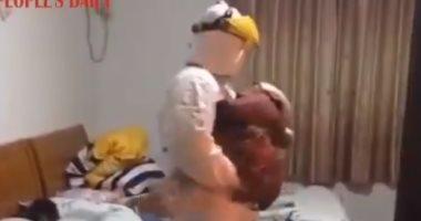 مسعفان يتناوبان لرعاية طفلين أصيب والديهما بفيروس كورونا فى ووهان.. فيديو