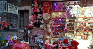 صور.. الدباديب والإكسسوارات أشهر هدايا عيد الحب فى القليوبية