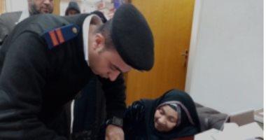 الداخلية تقدم التسهيلات للمواطنين والحالات الإنسانية بالجوازات.. صور