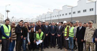 صور.. رئيس الوزراء يلتقط صورة تذكارية مع العاملين بالمنطقة الاستثمارية ببنها