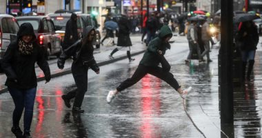 مياه الفيضانات تضرب الحقول والشوارع فى بريطانيا