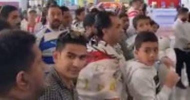 """فيديو.. جمهور الزمالك فى أبو ظبى لحظة وصول الفريق: """"حى حى.. دور الأهلى جاى"""""""