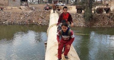 الحكومة تسد مخرج ماسورة بقرية كفر أبو الديب بشبك حديد لمنع عبور الأطفال عليها