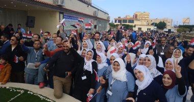 صور.. شاهد فرحة المصريين العائدين من الصين عقب فض الحجر الصحى بمطروح