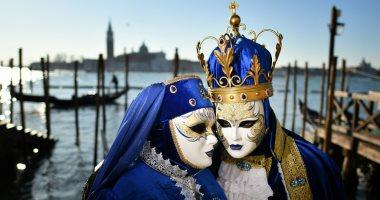 """أقنعة مزركشة وسحر وجمال فى كرنفال """"مدينة العشاق"""" الإيطالية.. صور"""