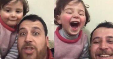 لحماية طفلته من الرعب.. سورى يحول صوت القذائف للعبة..فيديو