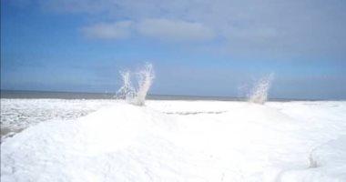 شاهد.. براكين جليدية تنفجر على شاطئ بحيرة ميشيجان