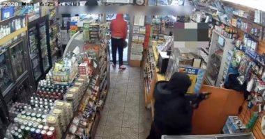 """""""الكيف بيذل"""".. مسلح أمريكى يهاجم متجرا ببندقية لسرقة علب سجائر وتذاكر يانصيب"""