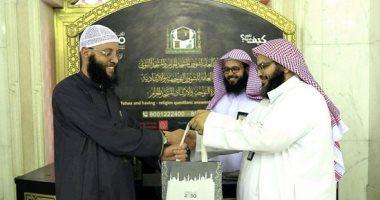 شؤون الحرمين توزع 5000  حقيبة على قاصدى المسجد الحرام.. صور -