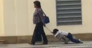 جرته على الشنطة..تصرف غريب من أم رفض ابنها الاستيقاظ والذهاب للمدرسة..فيديو