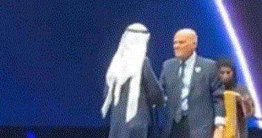 فيديو.. سقوط مجدى يعقوب أثناء تكريمه فى دبى ومحمد بن راشد يساعده على النهوض