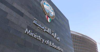 أوائل الثانوية بالكويت يهدون تفوقهم للرئيس السيسى