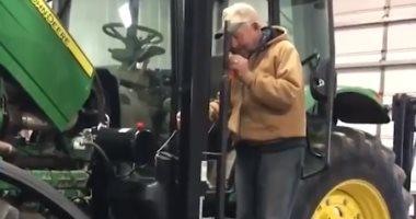 شاب يصنع مصعدا بجرار والده لعجزه عن الوصول لكابينة القيادة.. فيديو