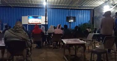 فيديو.. أهالى بنى سويف يتحدون الأمطار ويشاهدون مباراة القمة على المقاهى