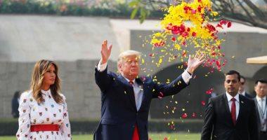 صور.. ترامب يضع باقة من الورود على النصب التذكارى للمهاتما غاندى بالهند