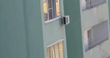 عبقرية أم كسولة؟.. حيلة ذكية لأم تلاعب ابنها بالشارع من شباك غرفتها بالدور الرابع.. فيديو