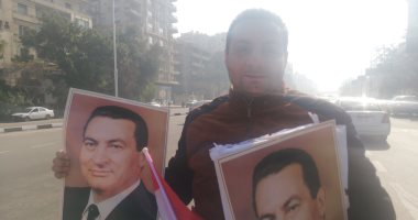 انتشار باعة صور مبارك بمحيط مجمع الجلاء قبل خروج الجثمان